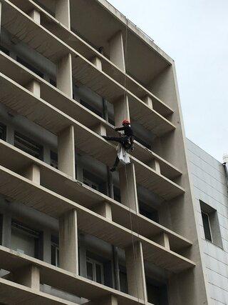 Purge de mise en sécurité d'une façade sur un bâtiment à Toulon